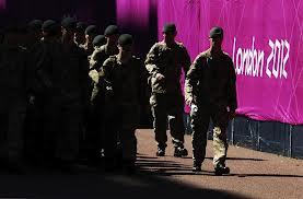 Le drapeau olympique aux mains des militaires