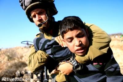israeli soldier arrests child