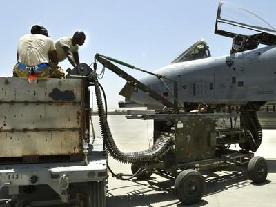 depleted-uranium-A-10-loading-Afghanistan