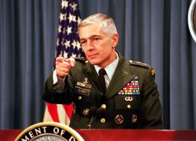 """Generál Wesley Clark vyzývá k poslání """"neloajálních"""" Američanů do koncentračních táborů"""