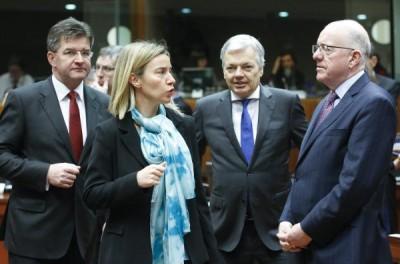 EU-Außenbeauftragte Federica Mogherini mit den Außenministern der Slowakei, Belgiens und Irlands am Montag in Brüssel. (Foto: dpa)
