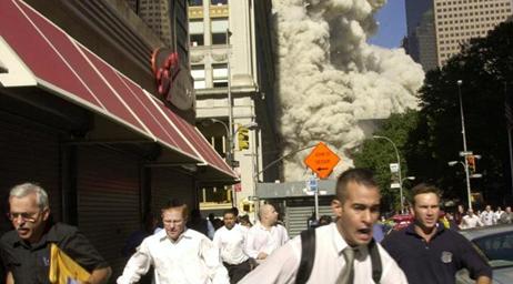 Menschen fliehen vor der pyroklastischen Staubwolke